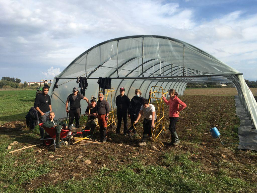 Chantier école Agro-équipement / zootechnie : Bâchage du 2ème tunnel de l'atelier de maraîchage